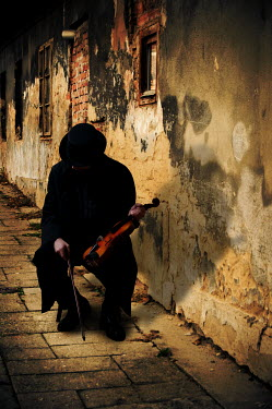 Valentino Sani SILHOUETTE OF MAN PLAYING VIOLIN IN CITY Men