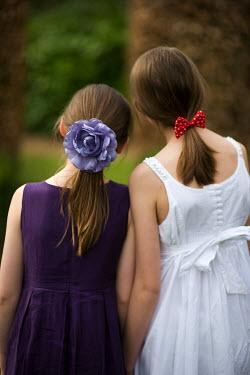 Lee Avison GIRLS LOOKING INTO THE DISTANCE Children