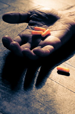 Valentino Sani HAND HOLDING PILLS OVERDOSE Body Detail