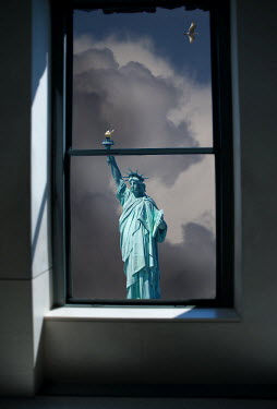 Harry Pettis STATUE OF LIBERTY DAY WINDOW BIRD Specific Cities/Towns