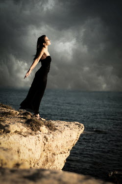 Niiv WOMAN ON CLIFF BY SEA Women
