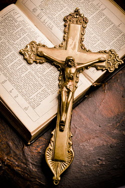 Valentino Sani GOLD CRUCIFIX WITH OPEN BIBLE Miscellaneous Objects