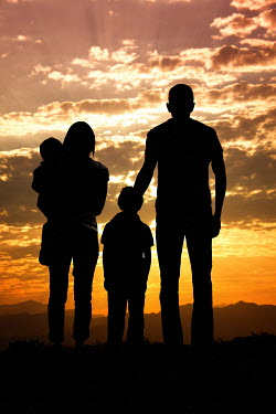 Elisabeth Ansley PARENTS WITH CHILDREN AT SUNSET Couples