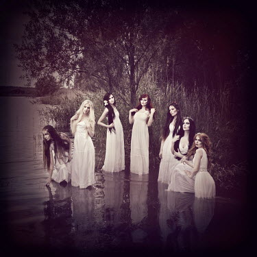 Viona Ielegems SEVEN WOMAN STANDING IN WATER Groups/Crowds