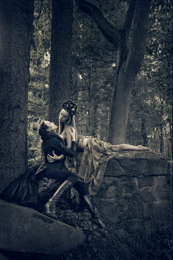 Viona Ielegems THEATRICAL HISTORICAL COUPLE IN FOREST Couples