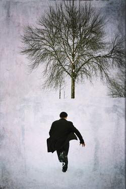 Dave Curtis MAN RUNNING IN SNOW Men