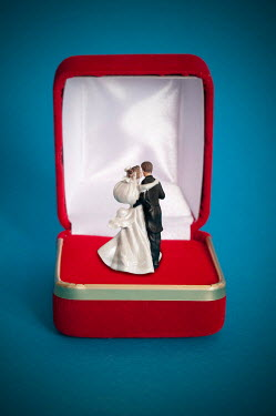 Valentino Sani RING BOX WITH MINIATURE COUPLE FIGURINE Miscellaneous Objects