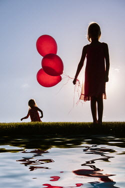 Elisabeth Ansley SILHOUETTE OF TWO GIRLS WITH BALLOONS Children