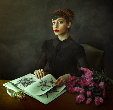 Lidia Vives Rodrigo YOUNG FANTASY WOMAN WITH PICTURE BOOK Women