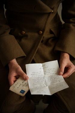 Lee Avison 1940s soldier reading etter Men
