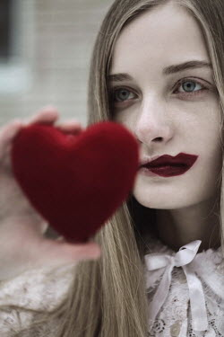 Alina Zhidovinova YOUNG WOMAN WITH RED LIPSTICK HOLDING HEART Women