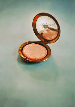 Lyn Randle VINTAGE MAKE UP COMPACT WITH BROKEN MIRROR Miscellaneous Objects