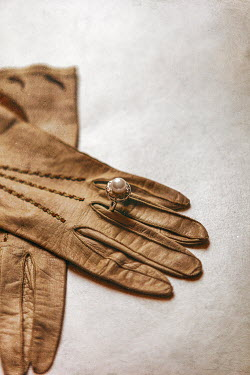 Ebru Sidar PEARL RING ON LEATHER GLOVE Miscellaneous Objects