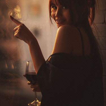 Hellen WOMAN WITH WINE GLASS DRAWING ON WINDOW Women