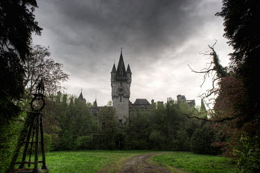 RomanyWG EERIE OVERGROWN CHATEAU Houses