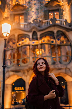 Hellen YOUNG WOMAN IN FRONT OF GRAND BUILDING Women