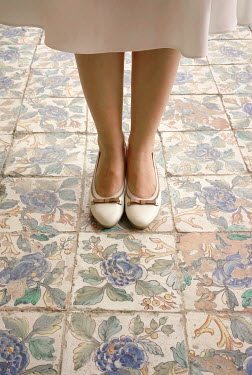 Nikaa RETRO WOMAN STANDING ON DECORATIVE TILES Women