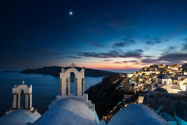 Ollie Taylor Santprini sky with Venus, Jupiter and the moon over Oia after sunset