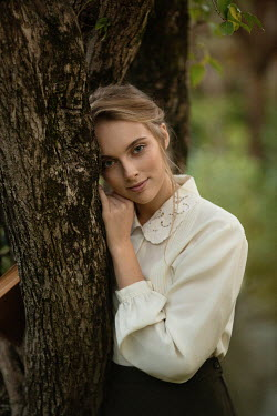 Elena Alferova RETRO WOMAN LEANING AGAINST TREE Women