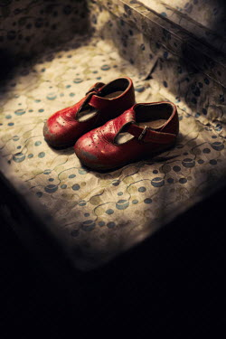 Magdalena Russocka girls old red shoes in suitcase