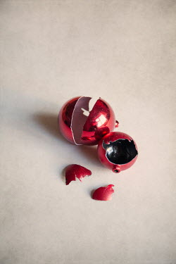 Miguel Sobreira BROKEN RED CHRISTMAS BAUBLE Miscellaneous Objects