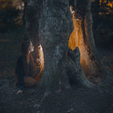 Anya Anti WOMAN LOOKING IN GLOWING TREE TRUNK Women