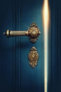 Elena Schweitzer CLOSE UP OF OPEN DOOR WITH HANDLE Building Detail