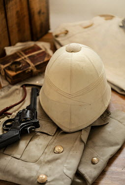 CollaborationJS PITH HELMET WITH UNIFORM AND GUN Weapons