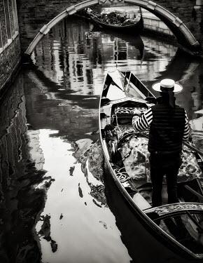 Elisabeth Ansley GONDOLAS IN VENETIAN CANAL Men