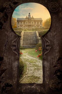 Drunaa View on mansion through keyhole