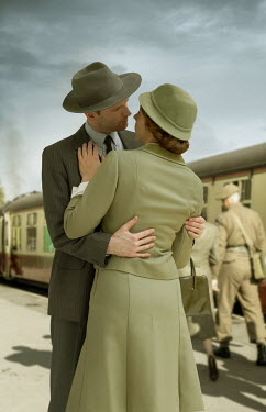 CollaborationJS WW2 COUPLE SAYING GOODBYE AT RAILWAY STATION Couples