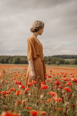 Shelley Richmond RETRO WOMAN STANDING IN POPPY FIELD Women