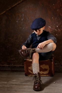 Kerstin Marinov RETRO BOY TYING SHOE LACES Children