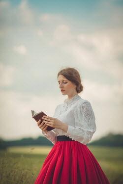 Joanna Czogala Retro woman reading outdoors Women