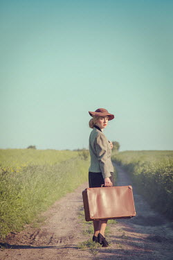 Joanna Czogala RETRO WOMAN WITH SUITCASE IN SUMMERY COUNTRYSIDE Women