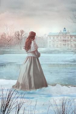 Drunaa Historical woman looking at mansion