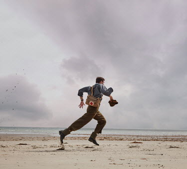 CollaborationJS WW2 SOLDIER RUNNING ON SANDY BEACH Men