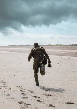 CollaborationJS WW2 SOLDIER RUNNING ON BEACH Men