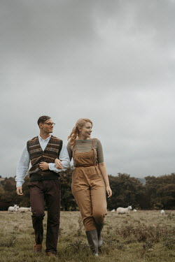 Shelley Richmond HAPPY RETRO COUPLE WALKING IN COUNTRYSIDE Couples