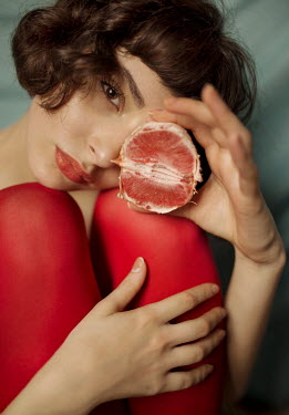 Elisa Paci Young woman holding peeled blood orange