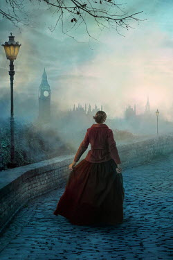 Drunaa HISTORICAL WOMAN WALKING IN LONDON AT DUSK Women