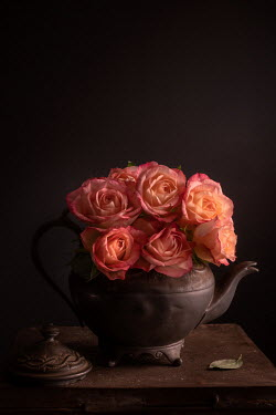 Magdalena Wasiczek bouquet of roses in an antique teapot