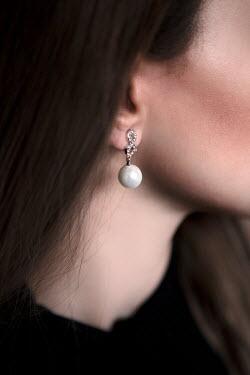 Ebru Sidar Pearl earring on woman's ear