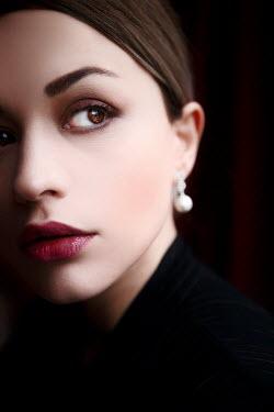 Ebru Sidar Young woman with pearl earring