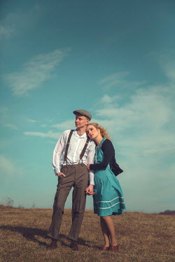 Joanna Czogala RETRO COUPLE HUGGING IN COUNTRYSIDE Couples