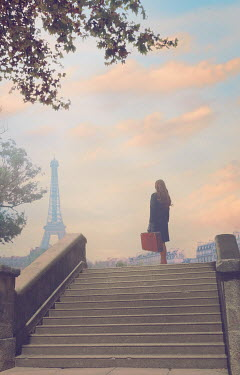 Drunaa Woman with suitcase in Paris