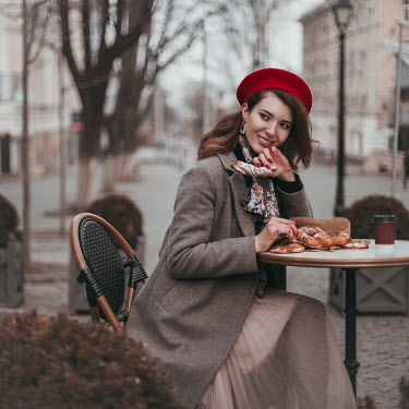 Hellen WOMAN EATING OUTDOORS IN CAFE IN WINTER Women