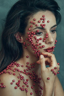 Alisa Andrei FEMLAE HEAD AND SHOULDERS COVERED IN RED BERRIES Women