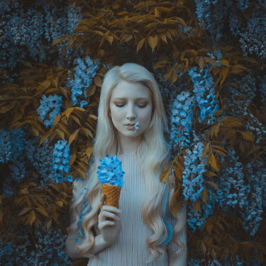 Anya Anti BLONDE GIRL WITH BLUE FLOWERS AND ICE CREAM Women