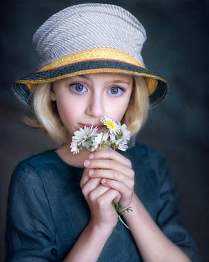 Anna Volynskaia Girl in hat with daisies
